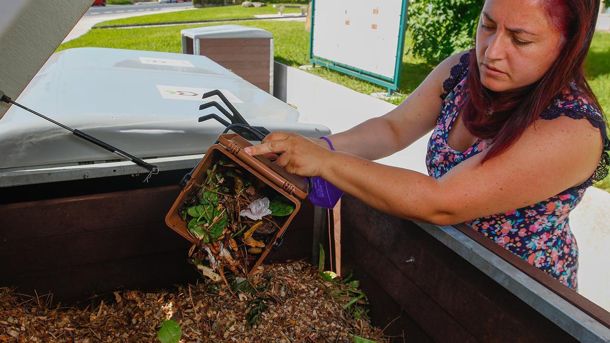Yolanda Mariño ante una compostera.