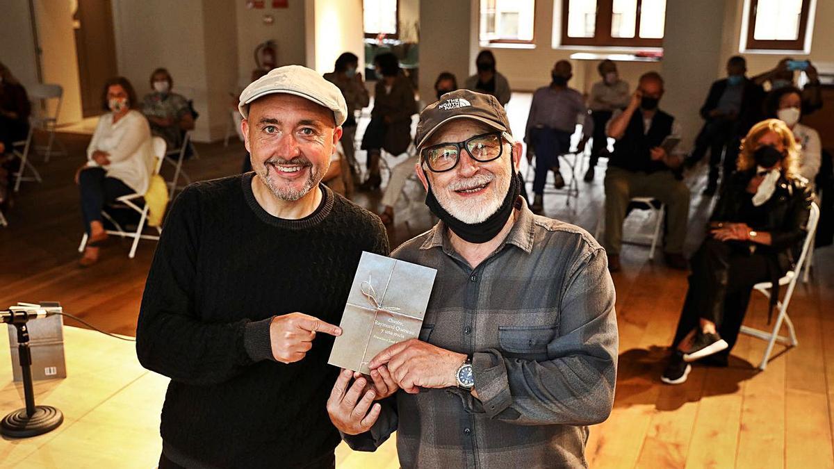 Maxi Rodríguez y Francisco José Faraldo, en la presentación de la novela ayer en Gijón. | Juan Plaza