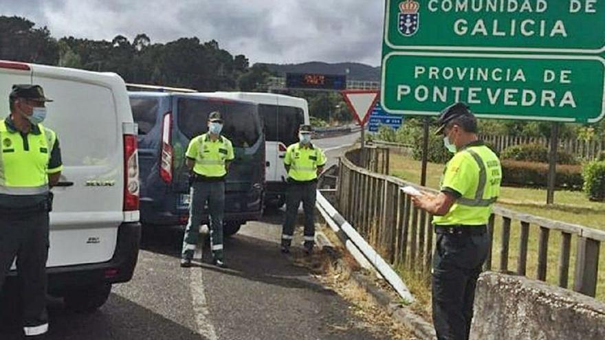 Las distracciones causan un centenar de accidentes al mes en las carreteras gallegas