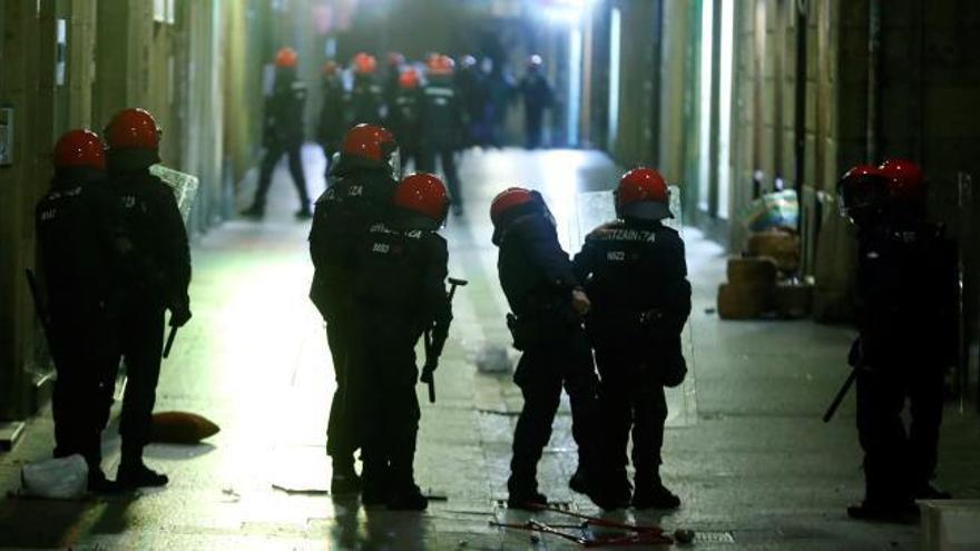 Las redes muestran los enfrentamientos de jóvenes con la policía en San Sebastián