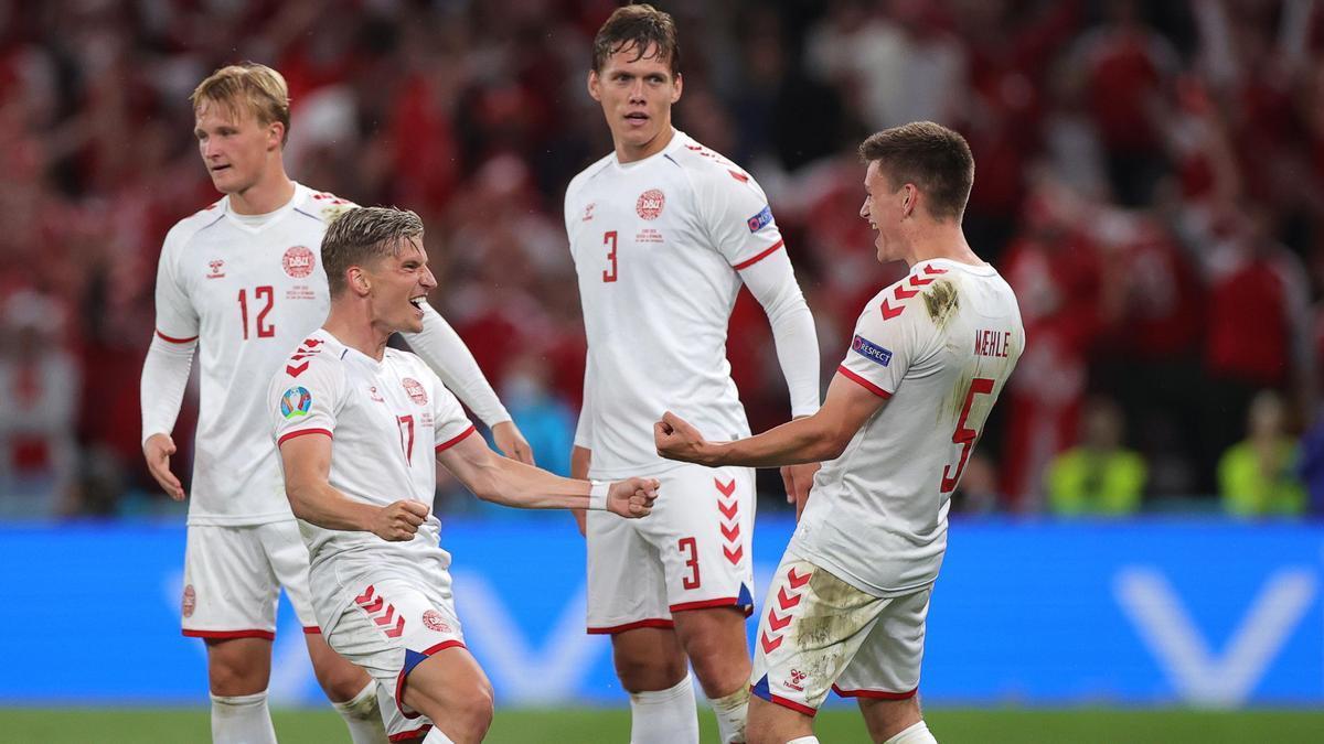 Los daneses celebran el pase a octavos de final.
