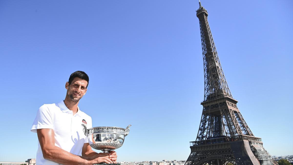 Djokovic posa ayer en París con el trofeo.