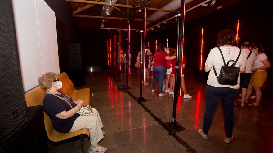 """La sala de exposiciones """"Tabarca"""", situada en la Lonja del Pescado, alberga hasta el 24 de junio una mascletà virtual donde se podrá acceder cada 15 minutos"""