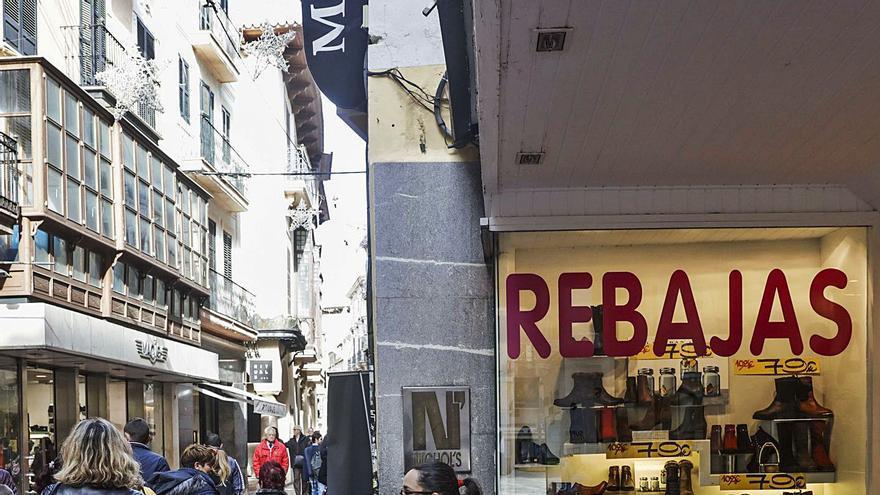 El gran comercio de Mallorca se suma hoy a unas rebajas abocadas al «fracaso»