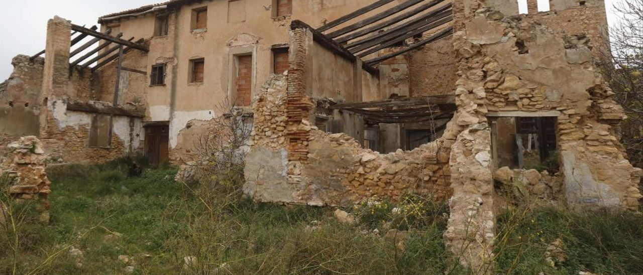Fachada de la iglesia y, a la derecha, el arco almenado.