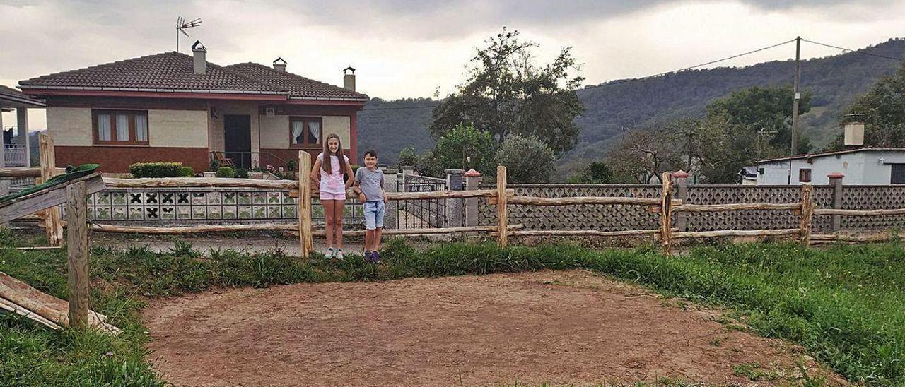 Los pequeños Guillermo y Carla Monroy, junto al terreno que ocupaba su piscina.