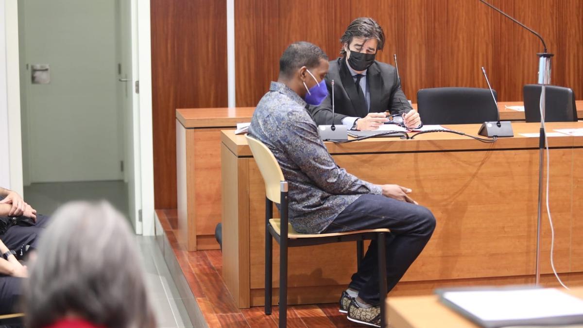 Wilson de la Cruz Méndez, ayer, en el banquillo de los acusados de la Audiencia de Zaragoza.