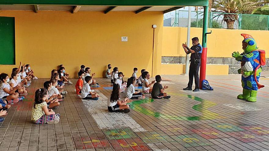 El alumnado de primaria de Santa Lucía se une al equipo del señor Anti-Covid