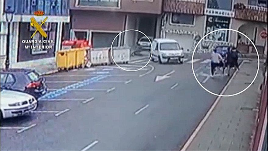 Así fue como este guardia civil frenó el carrito del bebé que se precipitó calle abajo y sin frenos en Rianxo