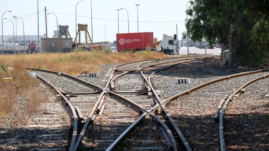 El puerto insta a Adif a construir un aparcamiento para trenes de carga de 750 metros entre La Encina y Alicante