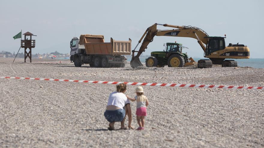 Comienza la esperada retirada de grava en la playa de Corinto