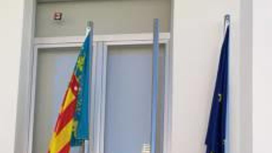 Queman la bandera de España en el Ayuntamiento de Almiserà