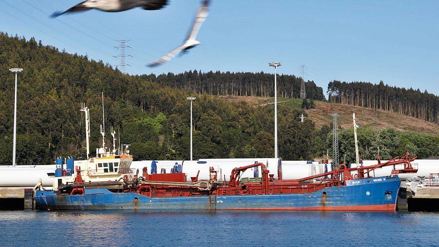La draga llega al puerto para mejorar el calado de la bocana de la ría