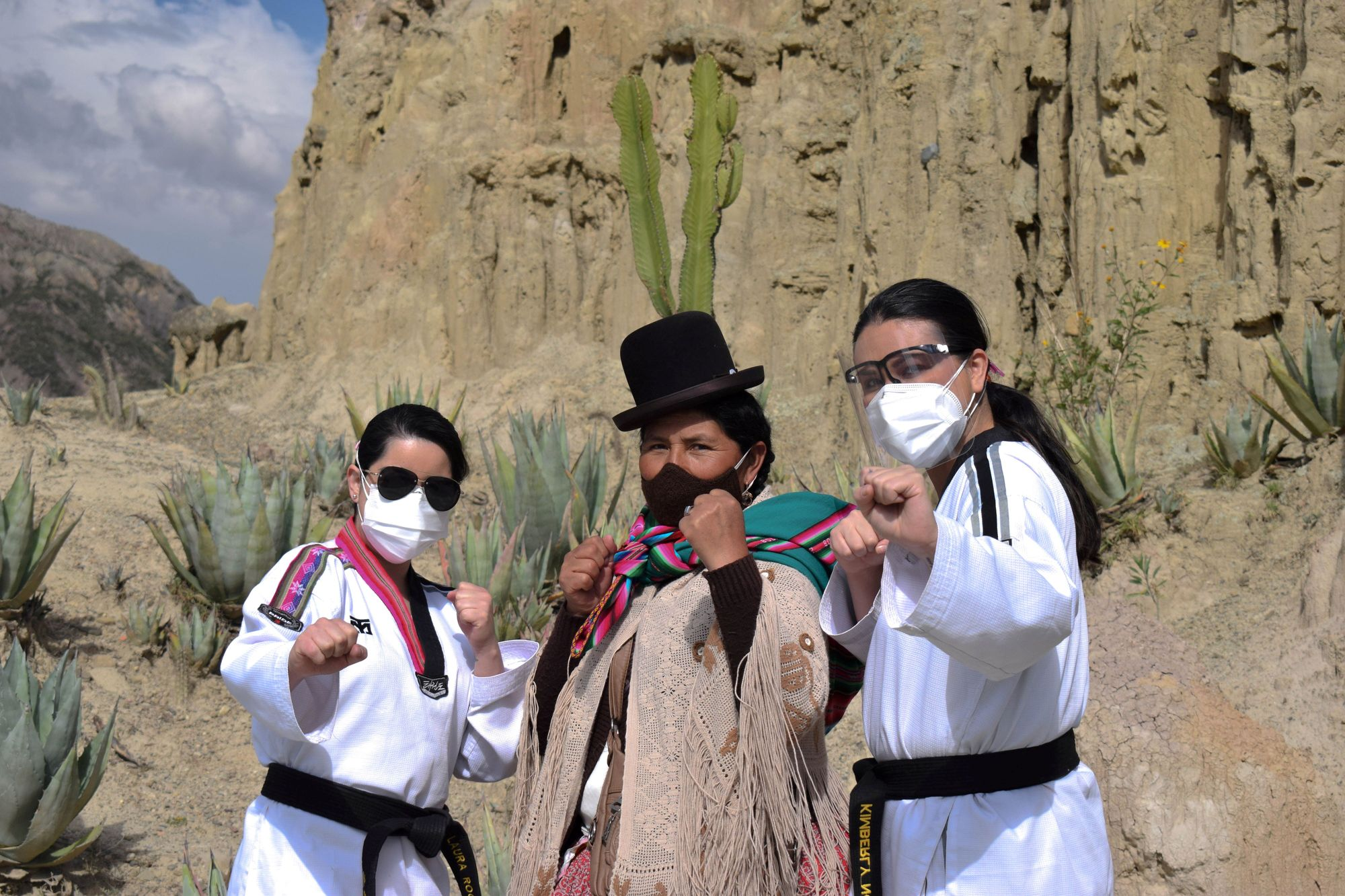 Tres mujeres muestran el poder femenino en una demostración de taekwondo en Bolivia