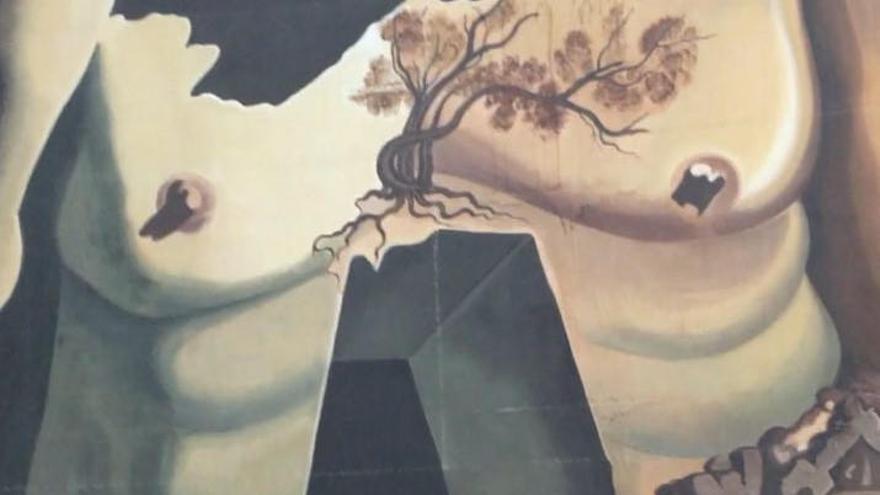 L'artista que es despulla als museus fa una performance sobre la tomba de Dalí