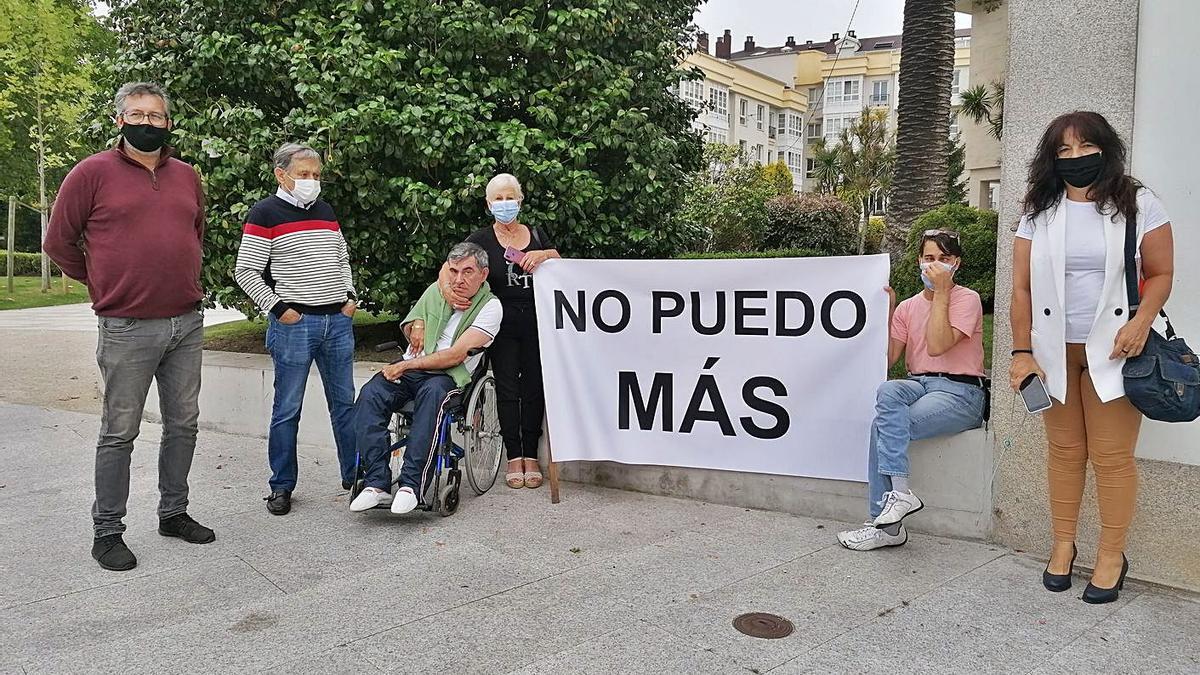 Josefina Iglesias, con su hijo y su nieto, dos allegados y la edil de C's, ayer, frente al Concello.  | // LA OPINIÓN