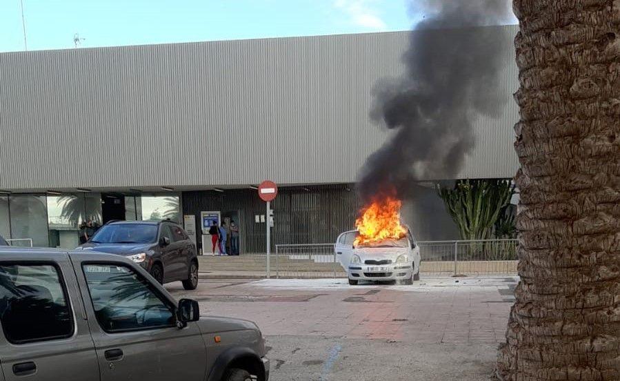 incendio veh�culo en Vecindario 7.jpeg