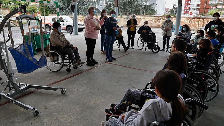 Asturiana de Zinc dona una grúa para los baños de mar de discapacitados