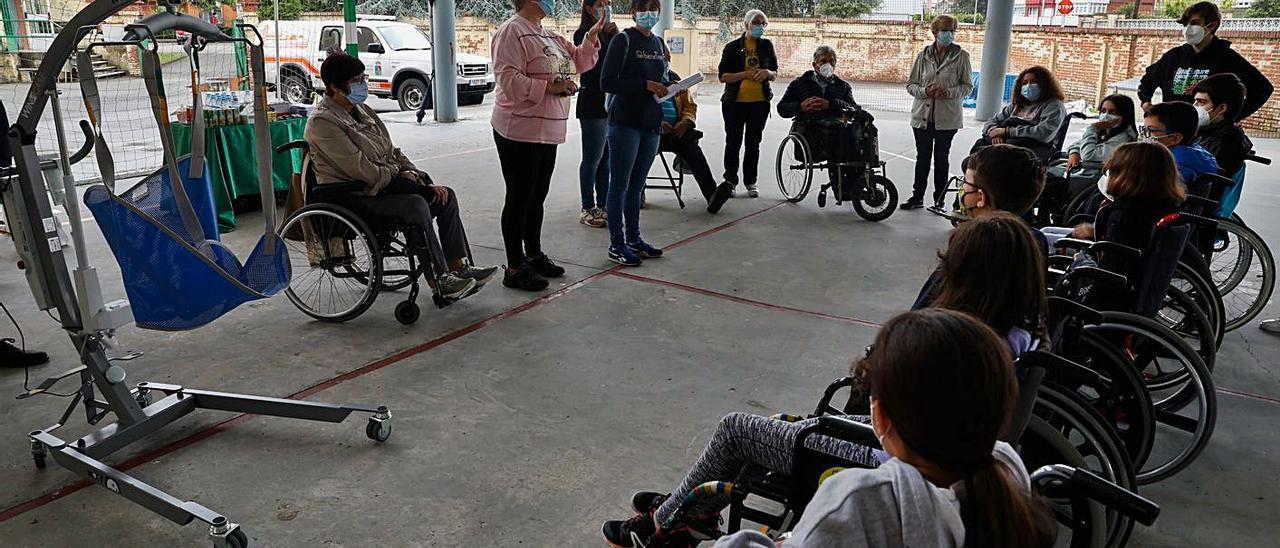 A la izquierda, la grúa donada por Azsa para la silla anfibia.   Mara Villamuza