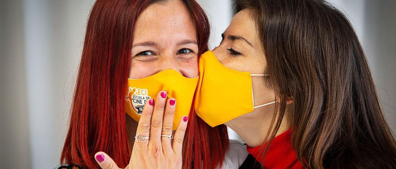Dos integrantes de la Escuela de Cine se dan un beso en el centro.   VICENT MARÍ