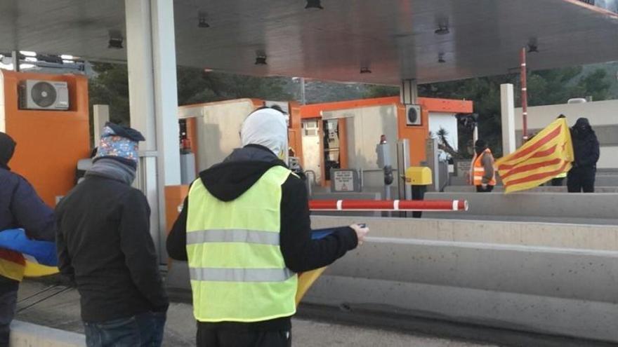Los CDR levantan la barrera de varias autopistas catalanas en plena operación retorno