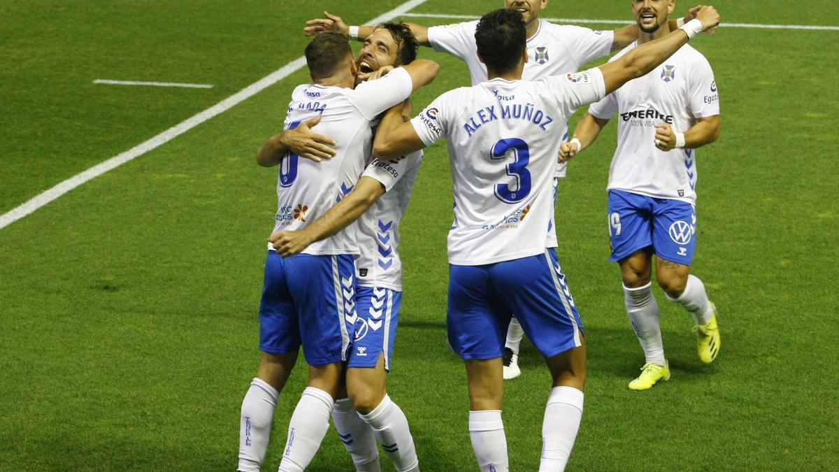 Los jugadores del tenerife celebran el gol de Vada.