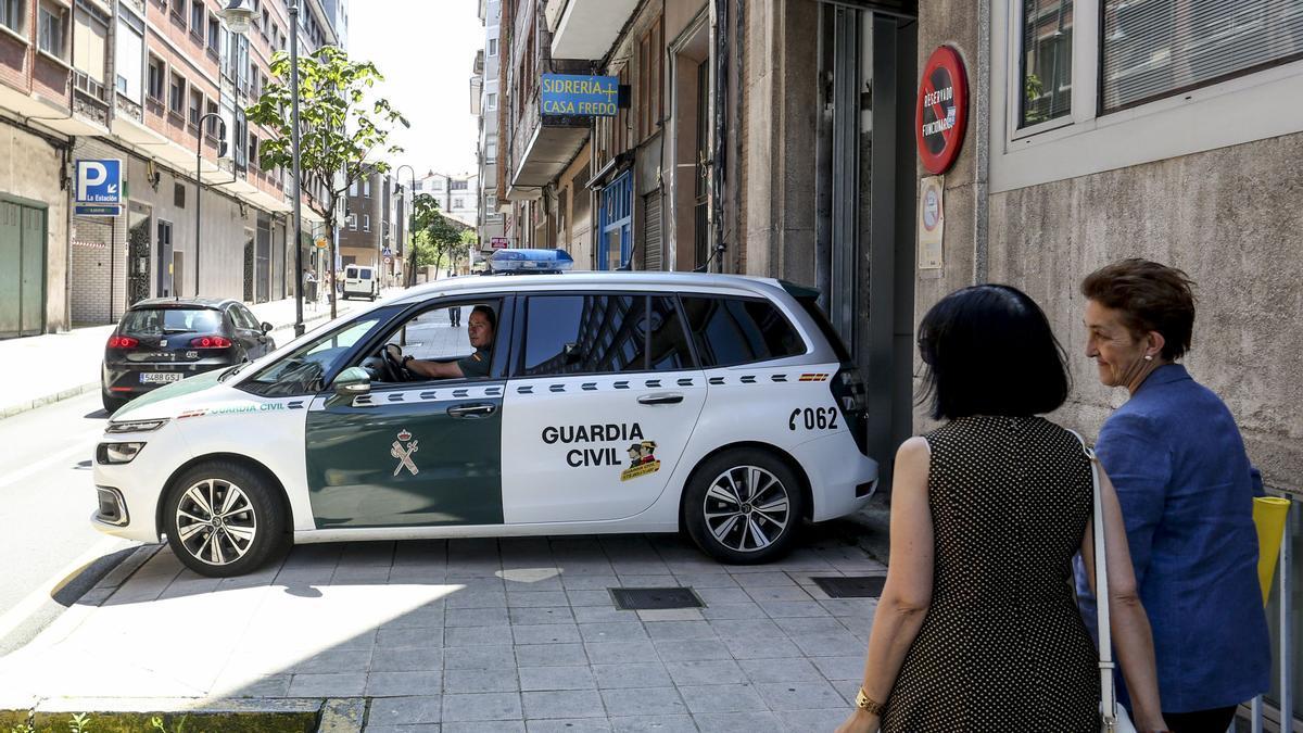 Un furgón de la Guardia Civil accediendo al parking del Juzgado de Avilés.