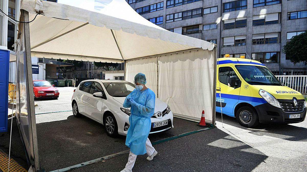 Realización de la prueba PCR en la carpa del CovidAuto del Hospital Provincial.