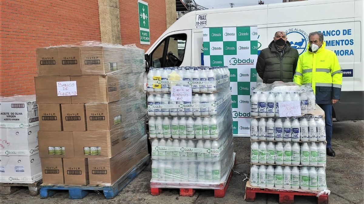 Rafael Sánchez entrega a Andrés Rincón 2.500 kilos de productos no perecederos.