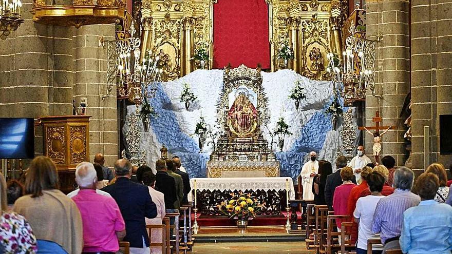 La imagen de la Virgen del Pino sube a su camarín