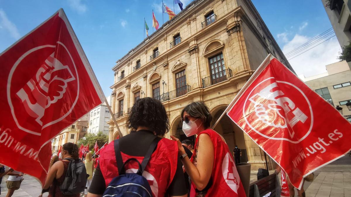 Manifestación de las trabajadoras de la ayuda a domicilio por el impago del Ayuntamiento de Castelló.