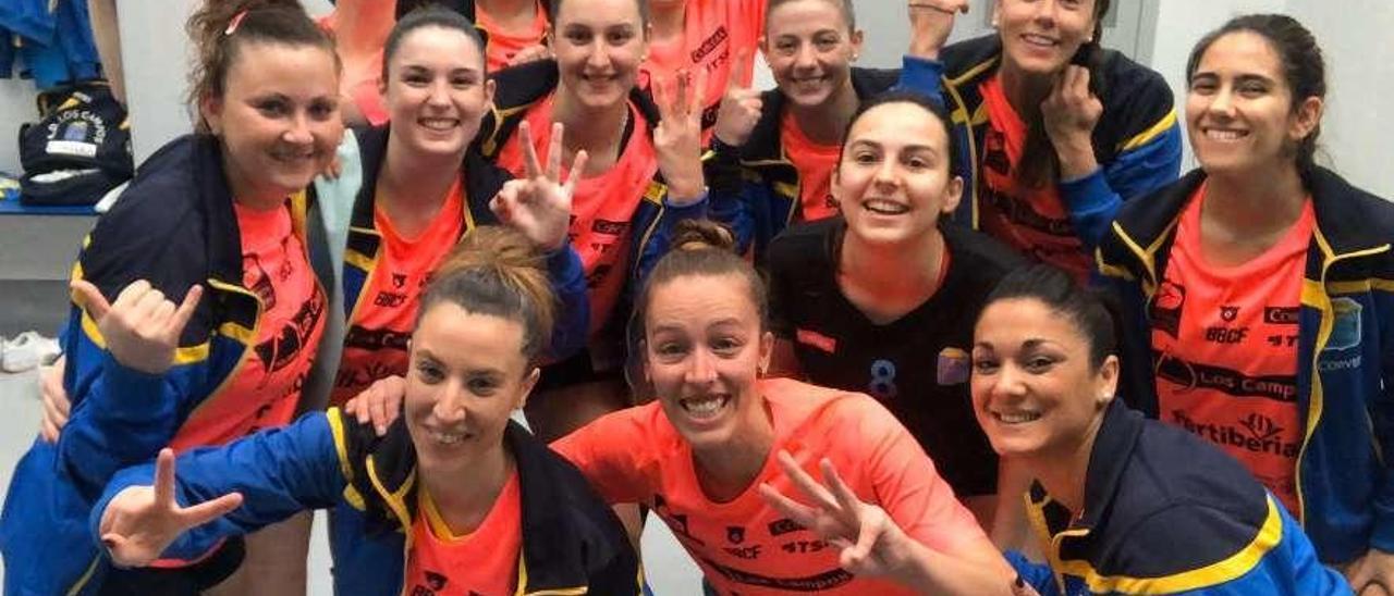 Las jugadoras de Los Campos celebran en el vestuario de Los Canapés su triunfo en el derbi.