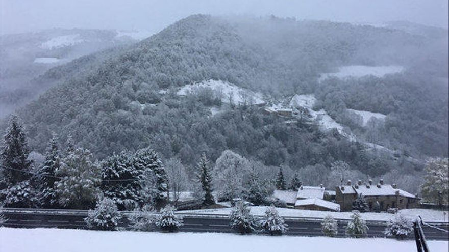 La neu emblanquina diversos punts del Ripollès, la Garrotxa i la Cerdanya
