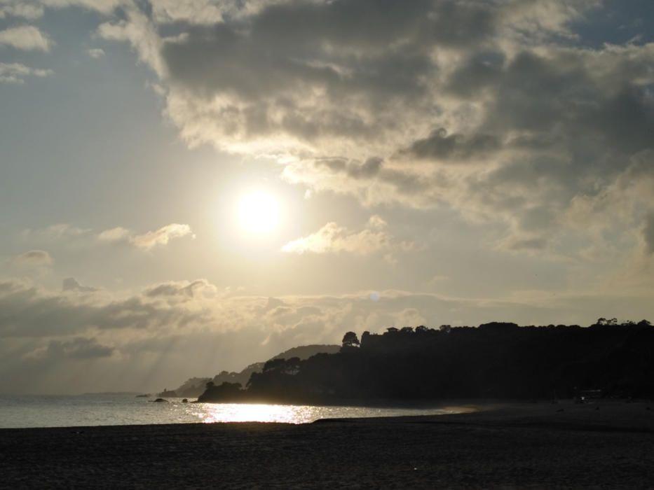 Fenals. Ara els dies són més curts i la nit ens visita més d'hora. En aquesta imatge que ens ha fet arribar un dels nostres lectors podem veure com el sol anava de baixa a la tarda, a la platja de Fenals (Lloret de Mar).