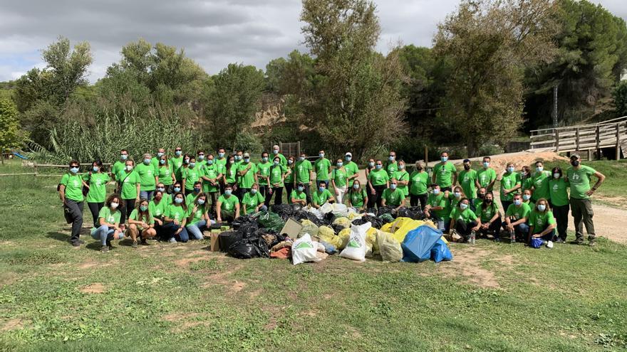 Leroy Merlín limpia de residuos el parque natural del Turia de València