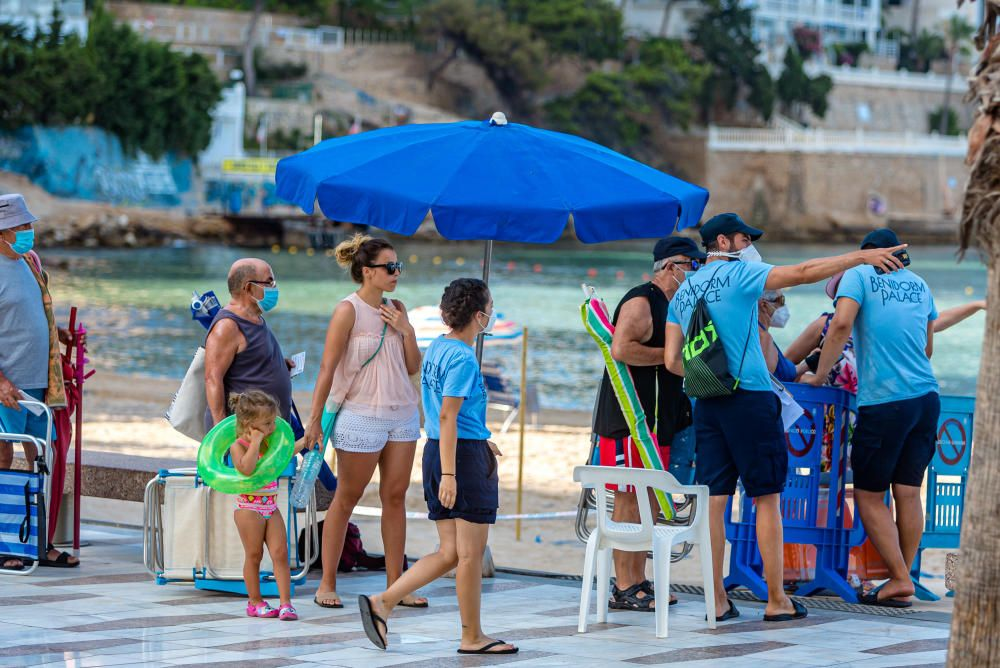 Colas de acceso a la playa el primer día de puesta en marcha del sistema de reservas de parcelas.
