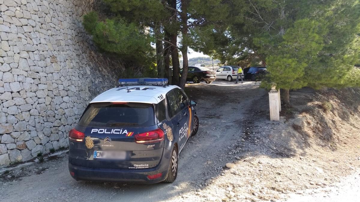La Policía en la entrada del chalé donde se han producido los arrestos.