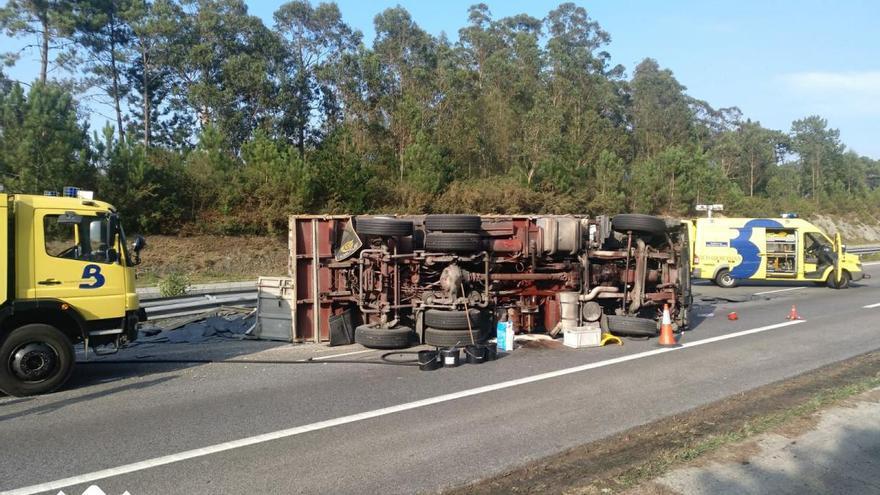 El vuelco de un camión de pizarra provoca el cierre de dos carriles en la A-8, a la altura de Tapia