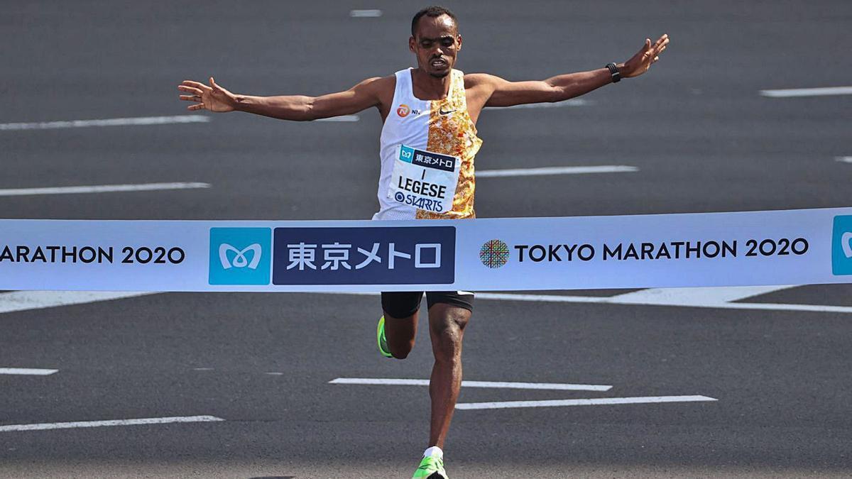 Birnahu Legese cruza primero la línea de meta del maratón de Tokio.