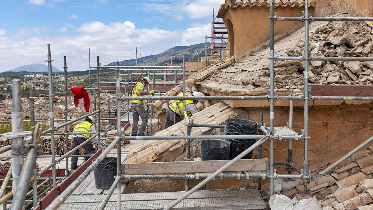 Los técnicos trabajan en la recuperación de la fachada.  E.S.