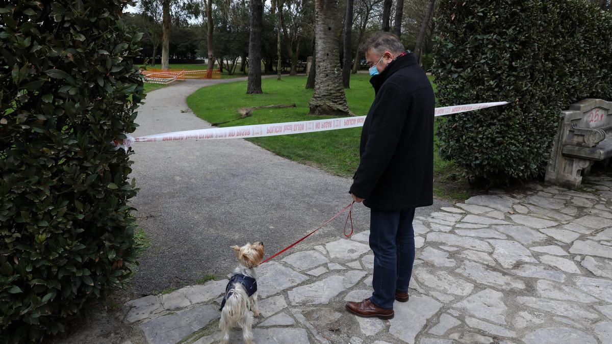 El parque de Isabel la Católica, ayer, cerrado.