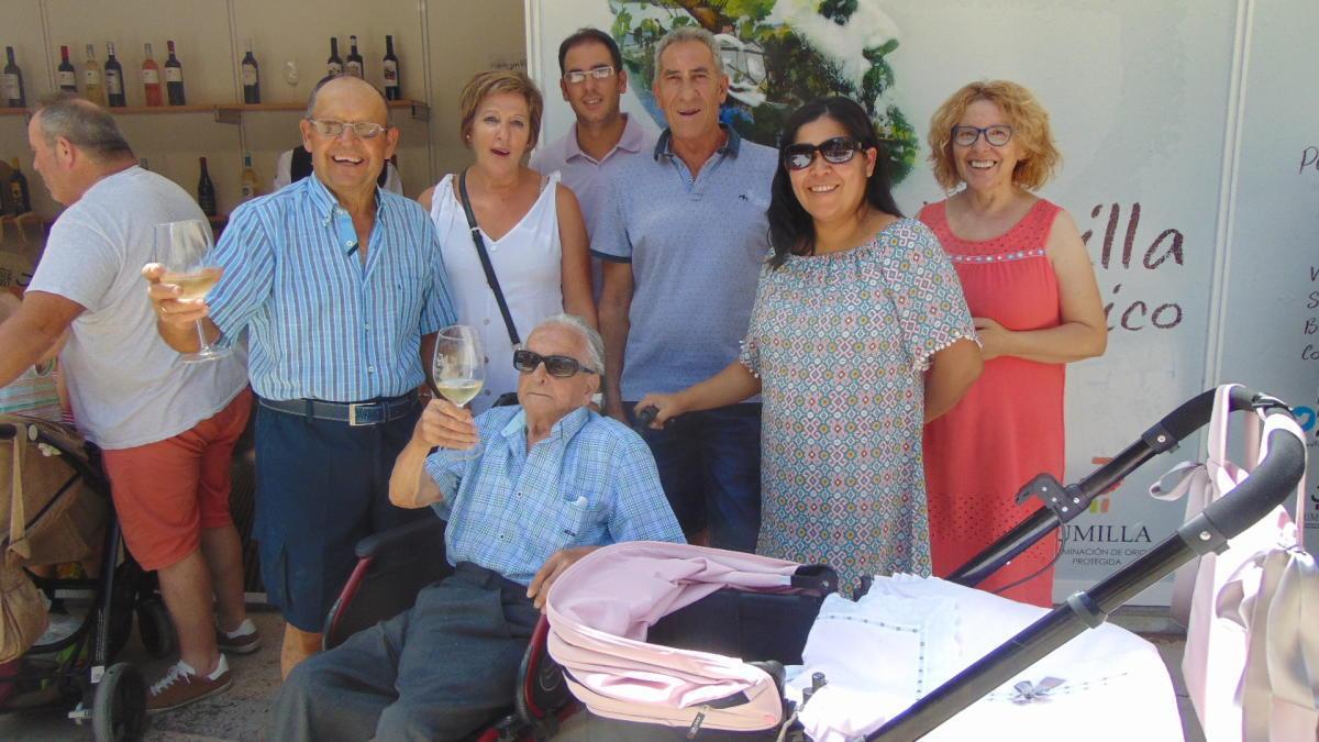 Valeriano, en plena forma, con su familia.