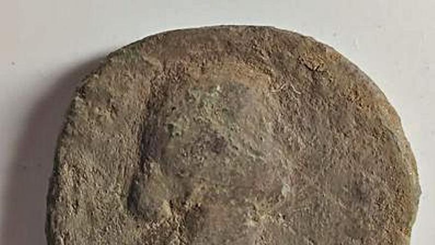 Los arqueólogos encuentran una moneda romana del siglo II en el Castro de Elviña