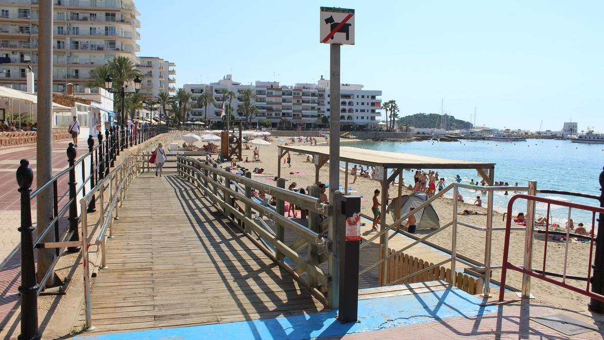 El servicio de baño adaptado empieza a funcionar este martes, 1 de junio, en la playa de Santa Eularia