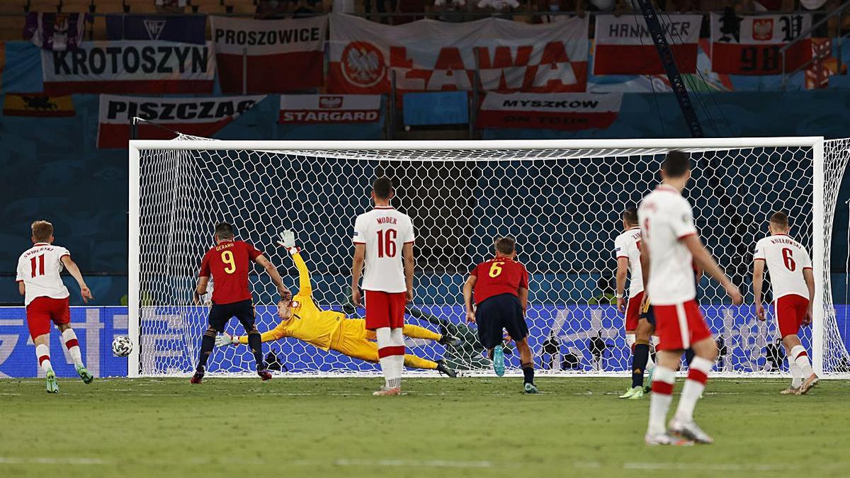 Momento en el que Gerard Moreno estrella el penalti en el palo. |  // EFE