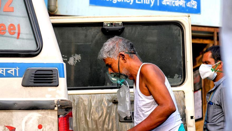 India notifica menos de 300.000 casos de coronavirus por primera vez en un mes