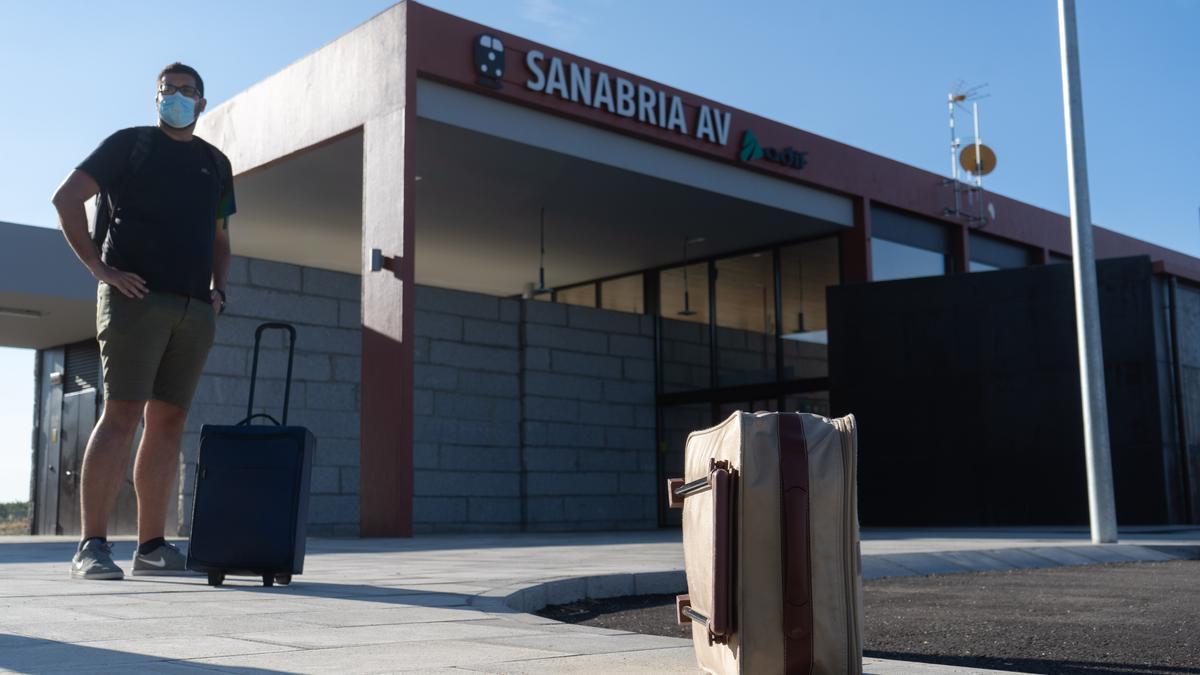 Un viajero en la estación del AVE en Sanabria.