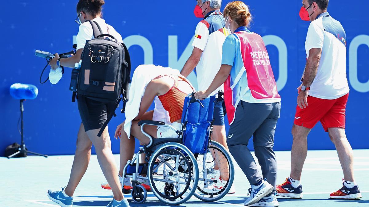 Paula Badosa abandonant la pista en cadira de rodes