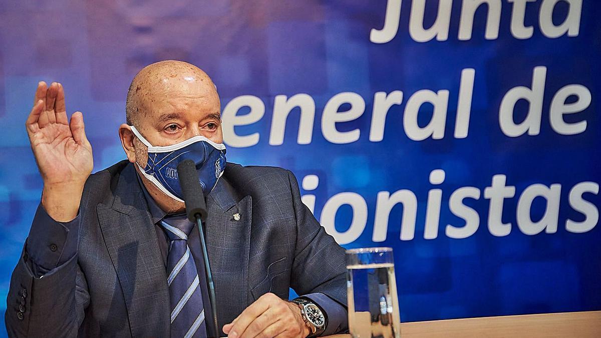 Miguel Concepción, en el momento de ejercer el voto en positivo a unos de los puntos de la asamblea.