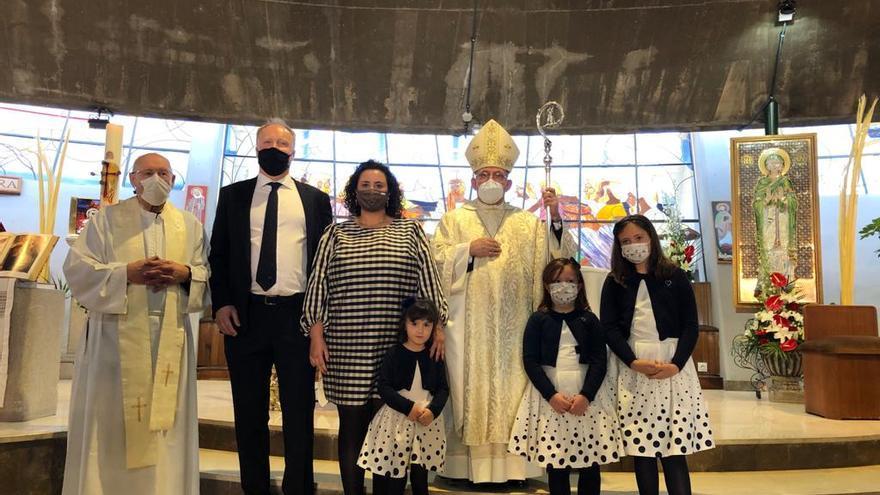 Una familia inglesa abraza a la Iglesia Católica en una ceremonia celebrada en un pueblo de Castellón